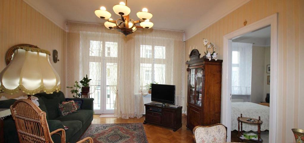 zdjęcie prezentuje luksusowe wnętrze salonu w ekskluzywnym apartamencie do sprzedaży w Łodzi