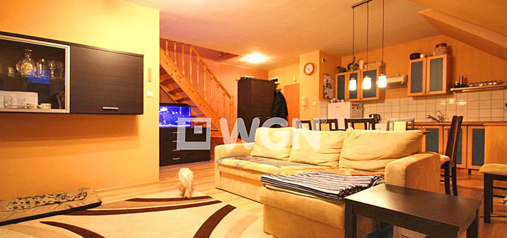 zdjęcie prezentuje nowoczesny salon w apartamencie w okolicach Szczecina na sprzedaż