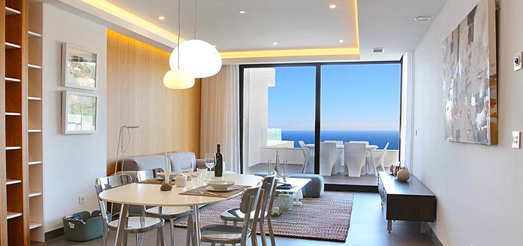 na zdjęciu luksusowy salon w ekskluzywnym apartamencie do sprzedaży w Hiszpanii