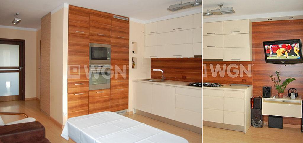 na zdjęciu aneks kuchenny oraz fragment salonu w apartamencie do sprzedaży w Szczecinie