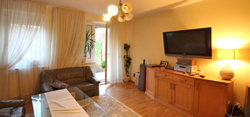 na zdjęciu komfortowo wyposażony salon w luksusowym apartamencie w Szczecinie na wynajem
