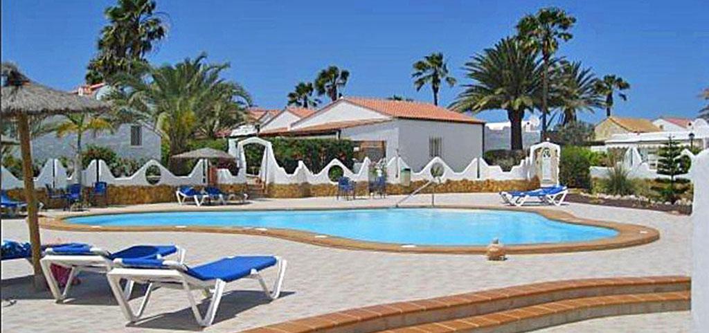 zdjęcie przedstawia widok na basen i taras przy luksusowym apartamencie do sprzedaży w Hiszpanii