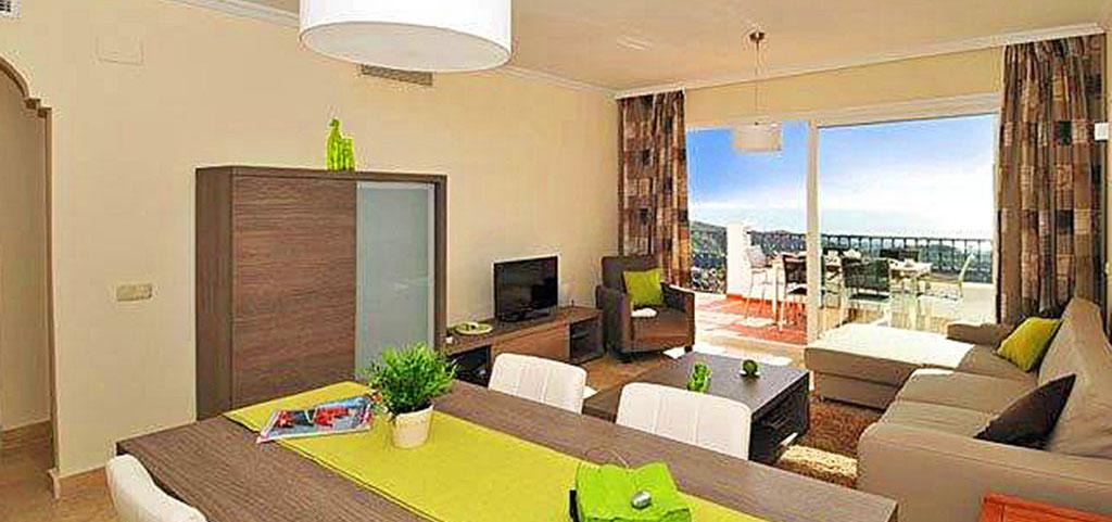 na zdjęciu ekskluzywny salon w luksusowym apartamencie do sprzedaży w Hiszpanii