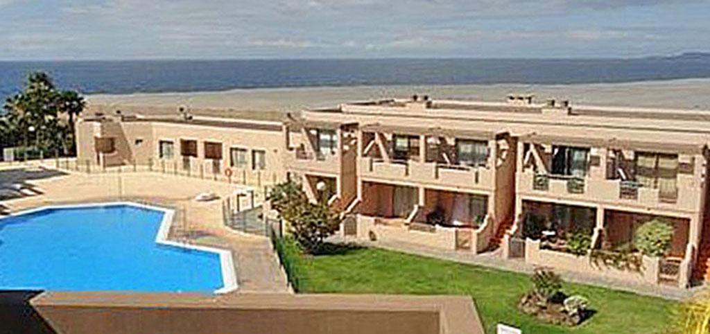 widok z okien i tarasu luksusowego apartamentu na basen o morze w Hiszpanii