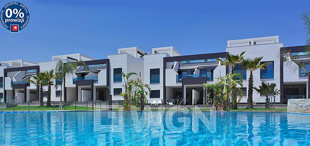 widok od strony basenu na luksusowy apartamentowiec w Hiszpanii, w którym znajduje się oferowany na sprzedaż apartament