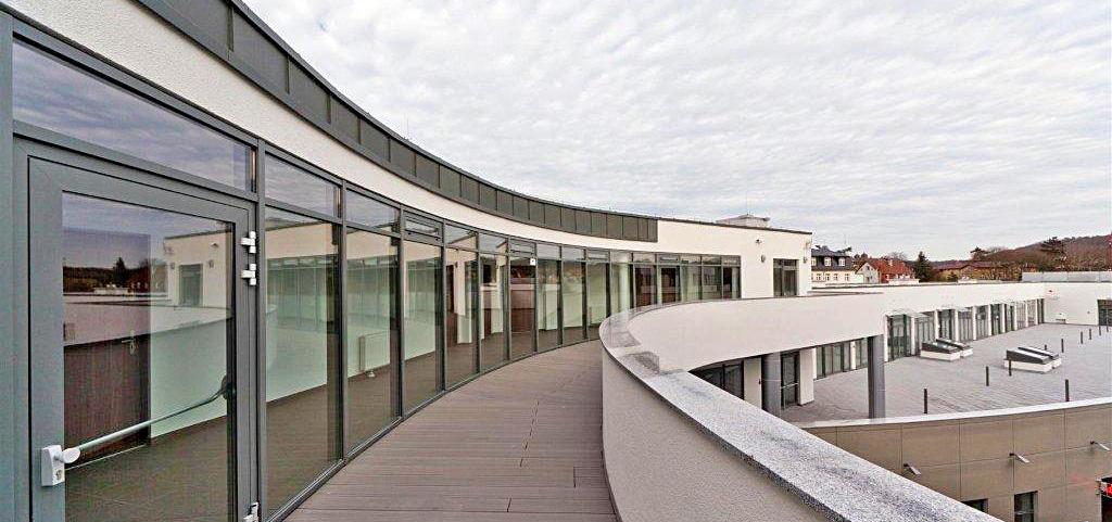 zdjęcie prezentuje ekskluzywny apartamentowiec nad morzem, w którym znajduje się luksusowy apartament na sprzedaż