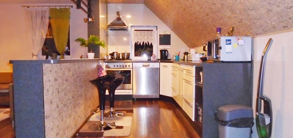 zdjęcie prezentuje nowoczesną kuchnią w apartamencie na sprzedaż w okolicach Legnicy