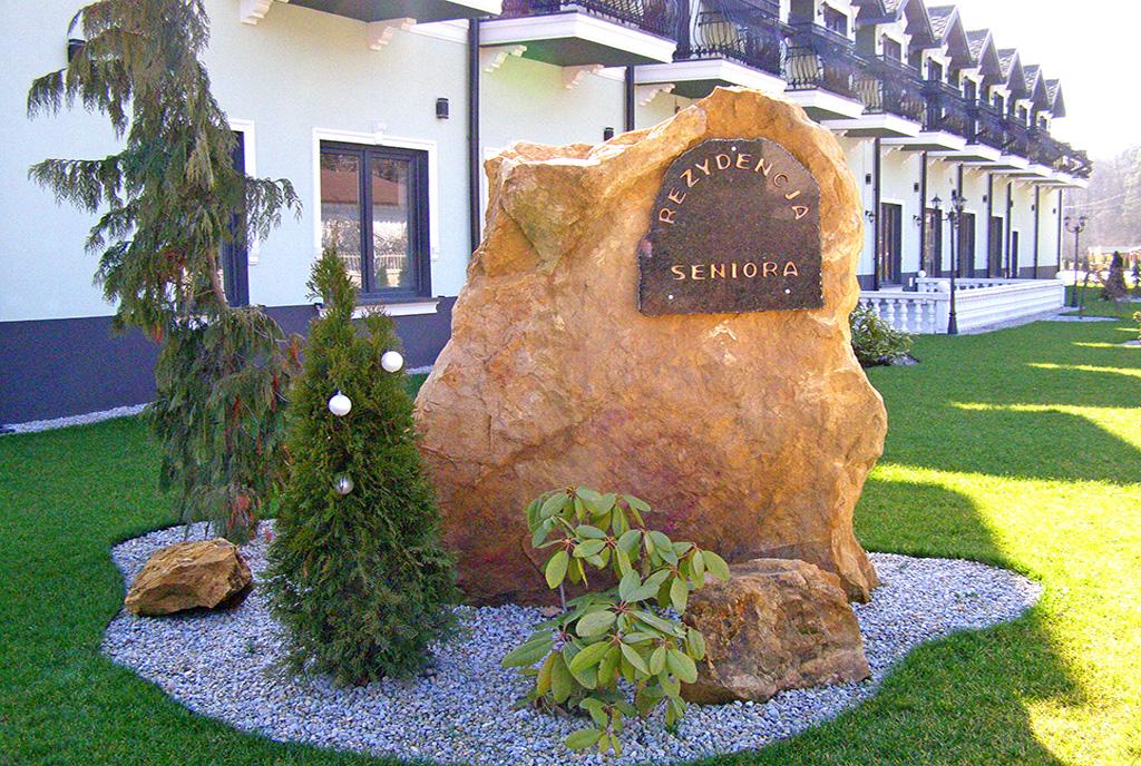 kamień przed wejściem do luksusowej rezydencji na sprzedaż Będzin